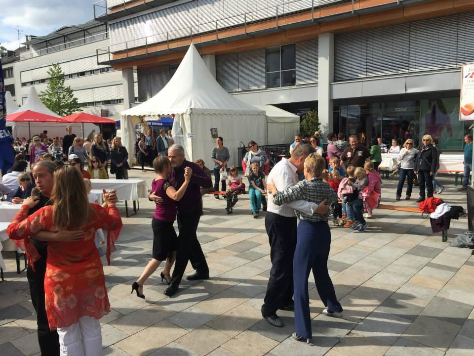 beim offenen Tango-Workshop auf dem Starnberger Kirchplatz