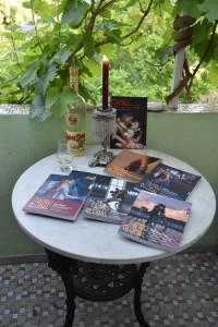 Unser mobiler, den Festlichkeiten zugewandter Büchertisch, mit stetig wachsendem Inventar