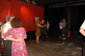 Bei der Tango-Einführung im Rahmen unserer intimen Wohnzimmer-Milonga in der Kino-Lounge: Ralf Sartori und Janine Holzer