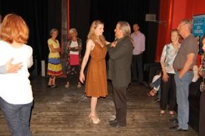 Ralf Sartori und Janine Holzer bei der Tango-Einführung in der Kino-Lounge, nach dem Film und vor der Milonga