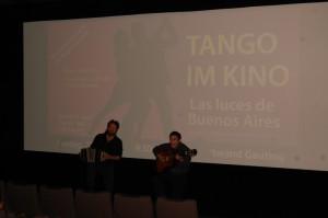 Das Duo Bruno y Santos spielt im Kino vor Filmbeginn noch einige Gardel-Tangos