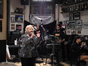 """Inés Arce steht seit etwa 80 Jahren als Tangosängerin auf der Bühne. Filmbild aus """"Die Tangospelunken von Buenos Aires"""""""