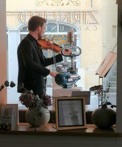 """Martin Honsalek spielt auf der Bratsche seine Komposition """"Taumel"""""""