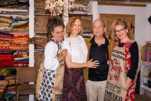 Hier bei der Verleihung des symbolträchtigen `Roten Faden´durch die Textil-Künstlerinnen Esther Schulte und Susanne Doebel
